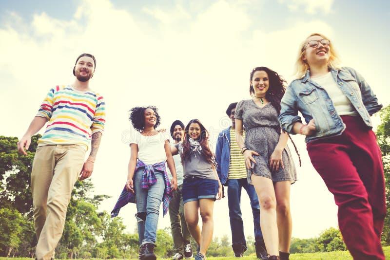 Concepto de la diversión de la unidad del parque de la amistad de los amigos que camina fotografía de archivo libre de regalías