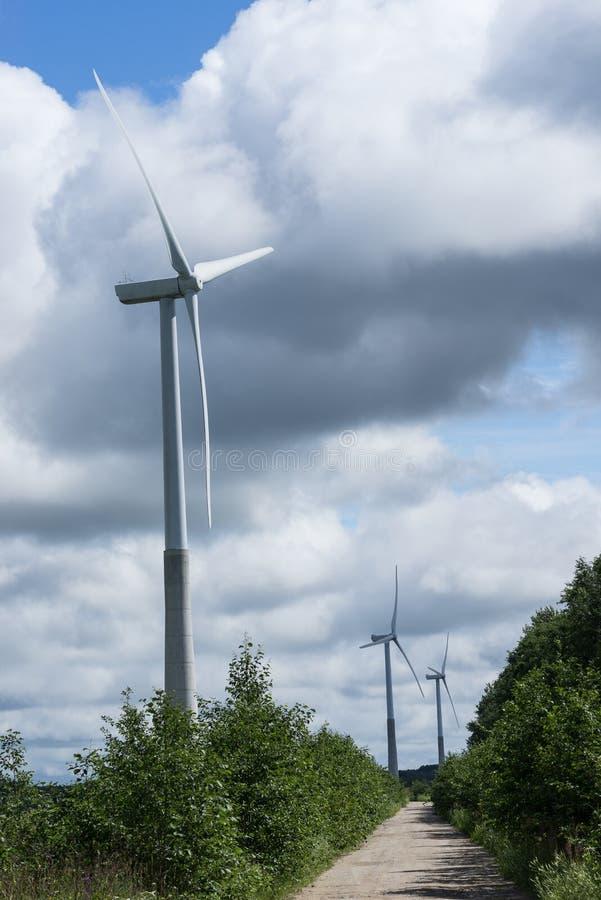 Concepto de la ecología: Cielo azul, nubes blancas, turbina de viento y campo de la cosecha Generador de viento para la electrici imágenes de archivo libres de regalías