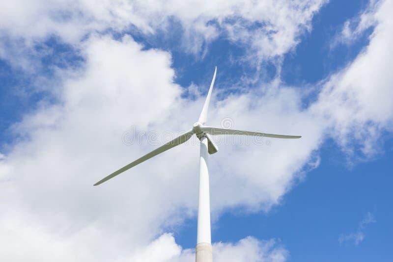 Concepto de la ecología: Cielo azul, nubes blancas y turbina de viento Generador de viento para la electricidad, fuente energétic imagen de archivo