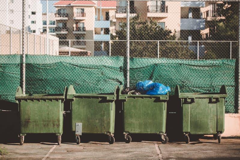 Concepto de la ecología Metal verde trashcan con la basura Compartimientos plásticos grandes del wheelie para los desperdicios, r fotos de archivo libres de regalías