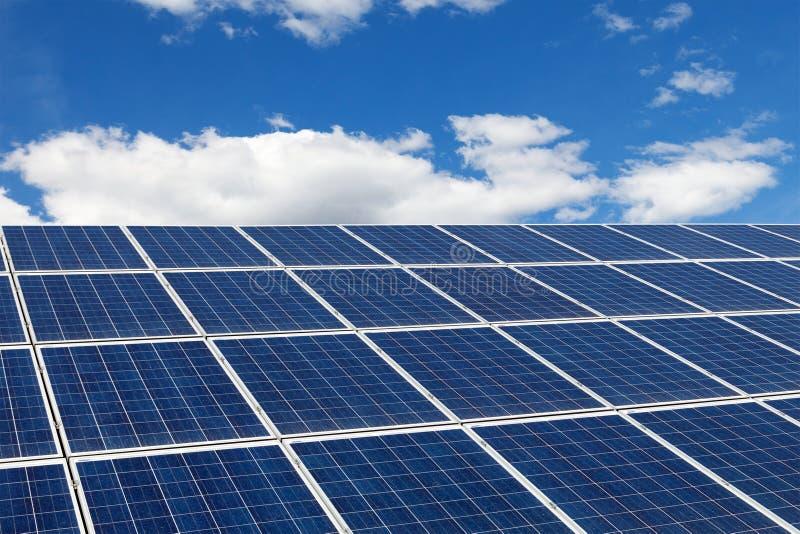 Concepto de la ecología Protección del medio ambiente Los paneles solares en una azotea foto de archivo