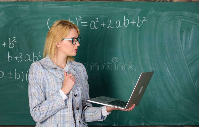 Concepto de la educación a distancia Las lentes del desgaste del profesor de la señora llevan a cabo Internet que practica surf d fotografía de archivo libre de regalías