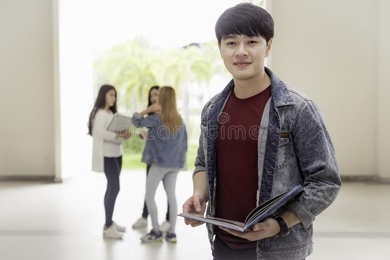 Concepto de la educación, de la escuela y de la gente - stude alegre de la universidad foto de archivo