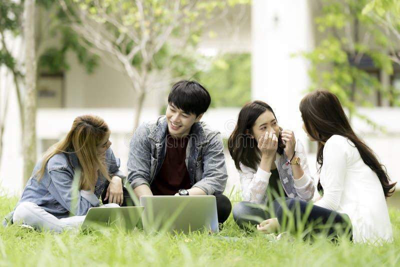 Concepto de la educación, de la escuela y de la gente - stude alegre de la universidad fotos de archivo
