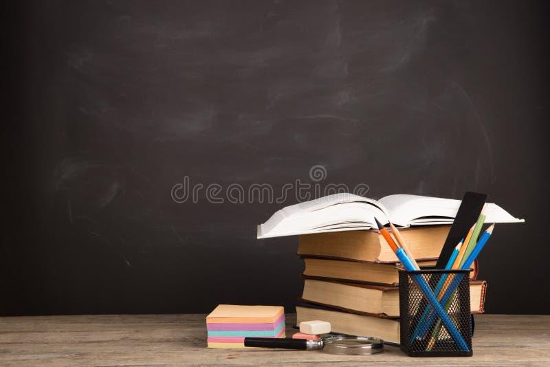 Concepto de la educación - libros en el escritorio en el auditorio imágenes de archivo libres de regalías