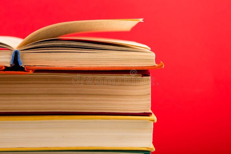 concepto de la educación y de la sabiduría - libro abierto en la tabla de madera, fondo del color fotografía de archivo