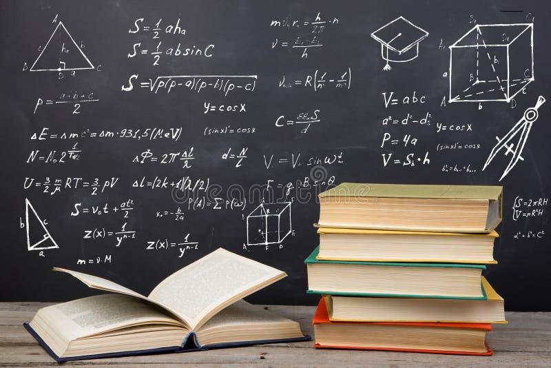 Concepto de la educaci?n - libros en el escritorio en el auditorio fotografía de archivo
