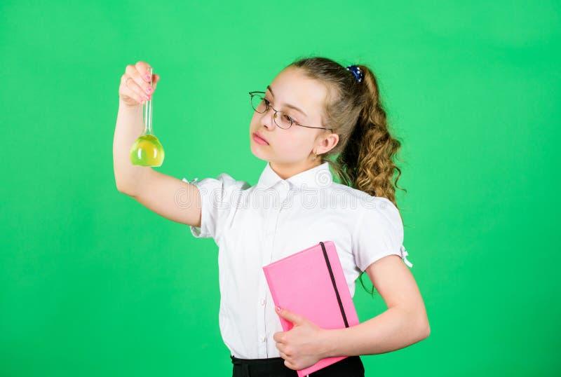 Concepto de la educaci?n Medidas de seguridad Peque?o estudio del ni?o Lecci?n de la qu?mica Experimento educativo Diversi?n de l fotografía de archivo