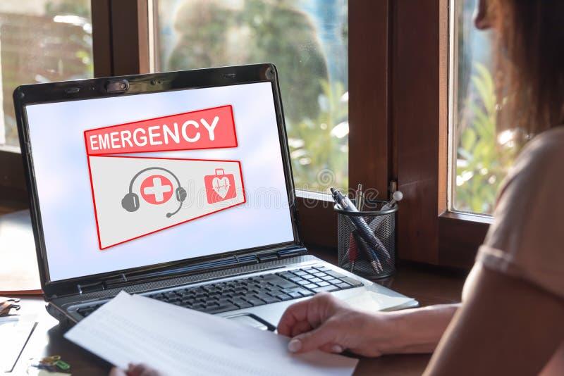 Concepto de la emergencia en una pantalla del ordenador port?til imagenes de archivo