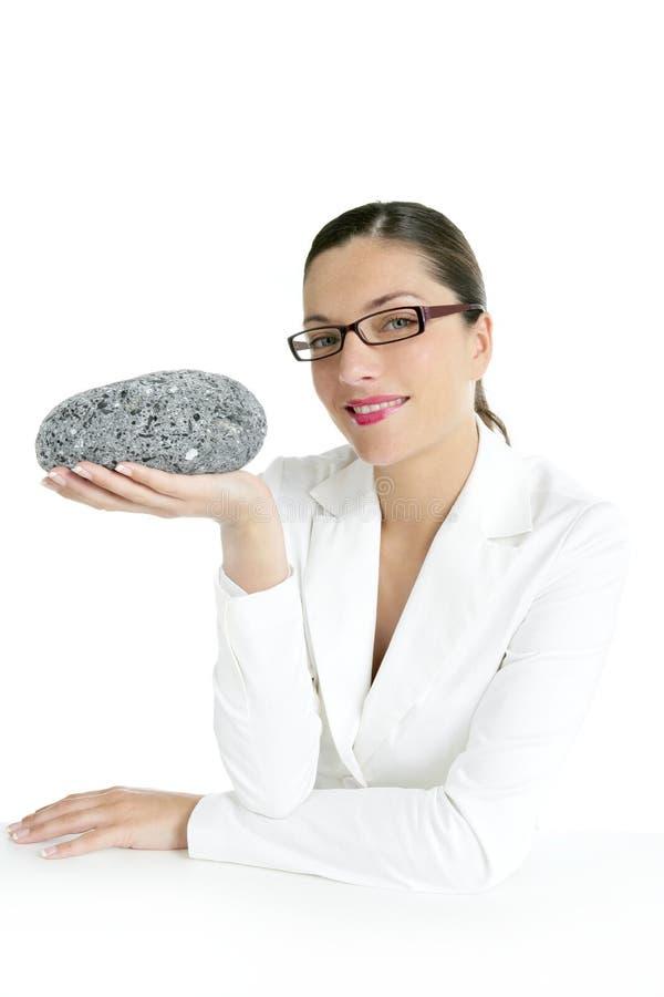 Concepto de la empresaria que piensa con la piedra gris fotografía de archivo libre de regalías