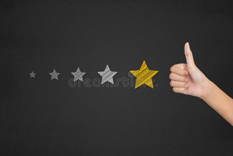 Concepto de la encuesta sobre la satisfacción del cliente El pulgar que destaca en postula fotografía de archivo libre de regalías