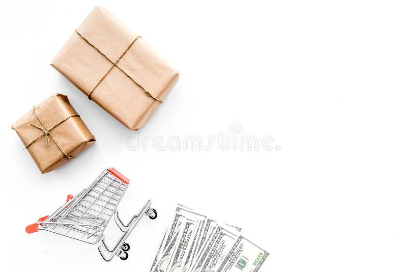Concepto de la entrega de las compras Carro de la compra, cajas, dinero El hacer compras en línea Espacio blanco de la copia de l fotos de archivo