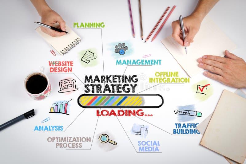 Concepto de la estrategia de marketing Carta con palabras claves e iconos La reunión en la tabla blanca de la oficina fotografía de archivo