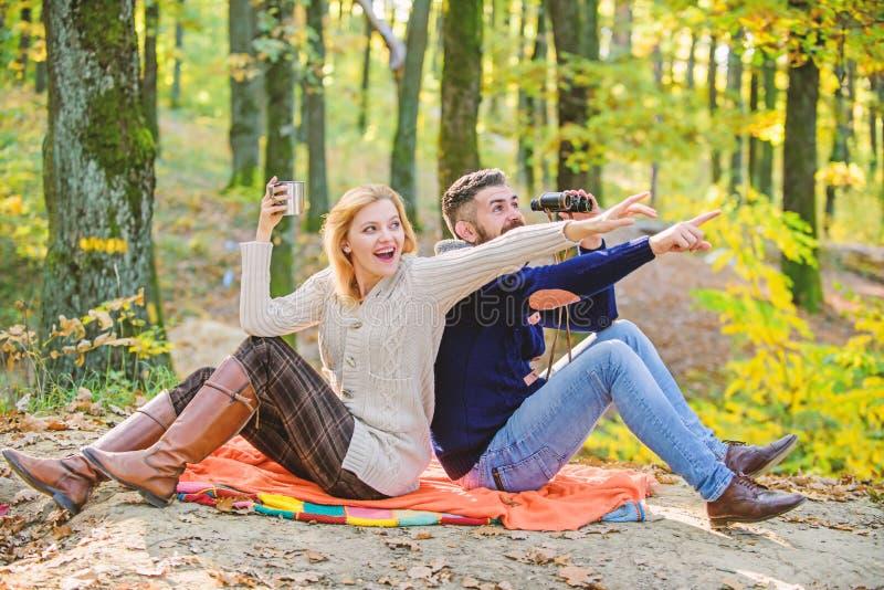 Concepto de la expedici?n Los pares en amor se relajan en bosque del oto?o con t? o caf? Comida campestre de la familia El acampa foto de archivo