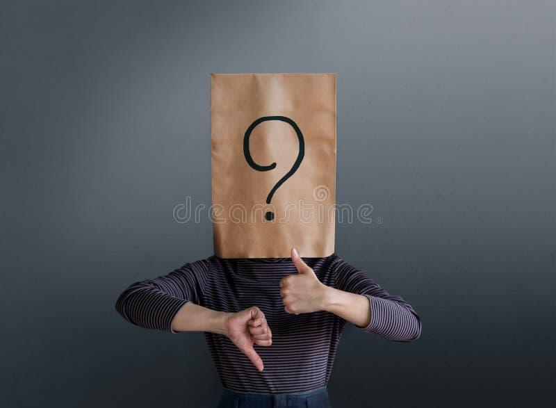 Concepto de la experiencia del cliente Mujer del cliente con la pregunta Mark Ico imagen de archivo