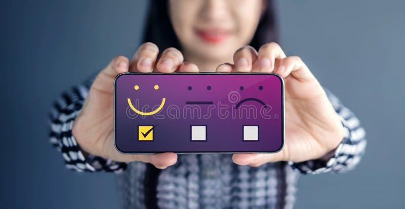 Concepto de la experiencia del cliente La mujer feliz muestra su satisfacción o imagen de archivo libre de regalías