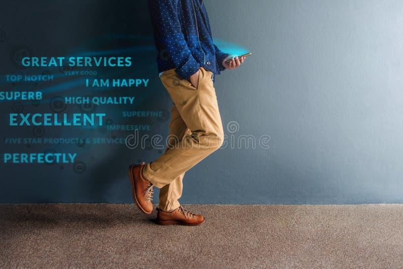 Concepto de la experiencia del cliente Person Walking y positivo de la lectura foto de archivo