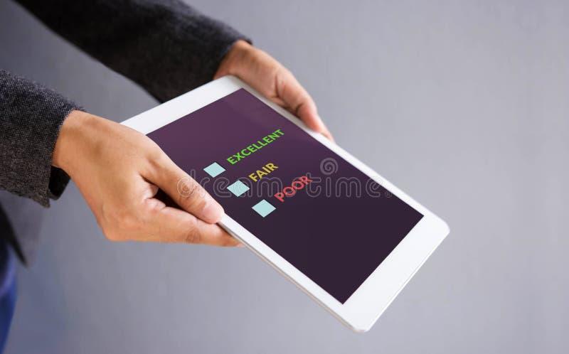 Concepto de la experiencia del cliente Tableta de Digitaces con encuesta sobre en línea la satisfacción imágenes de archivo libres de regalías
