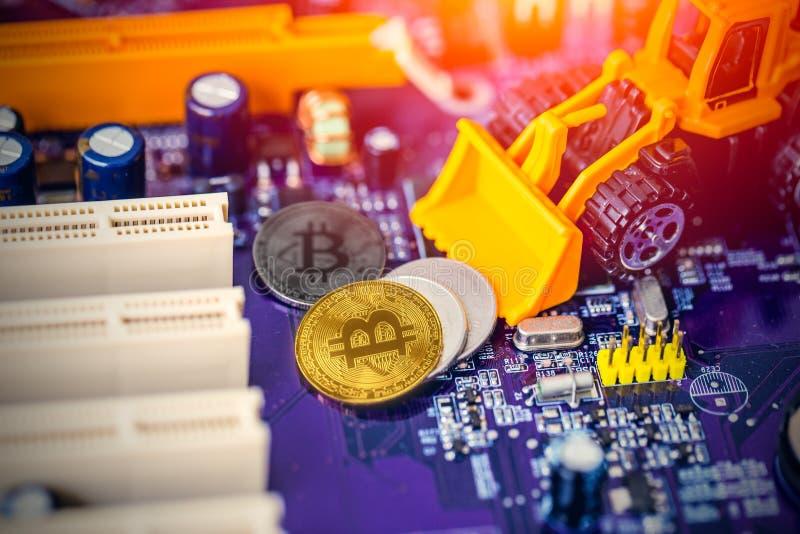 Concepto de la explotación minera de Bitcoin: Oro miniatura del empuje del trabajador de la máquina de los cargadores de la retro imagen de archivo