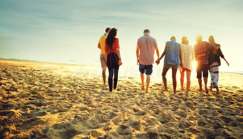 Concepto de la felicidad de la playa del verano de la relajación de la vinculación de la amistad fotos de archivo