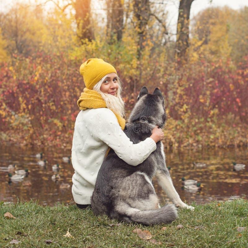 Concepto de la felicidad Mujer romántica y su perro fotografía de archivo libre de regalías