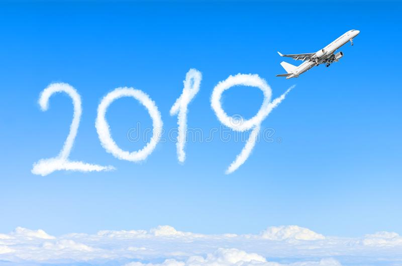 Concepto 2019 de la Feliz Año Nuevo Dibujo por la estela de vapor del vapor del aeroplano en cielo fotos de archivo libres de regalías