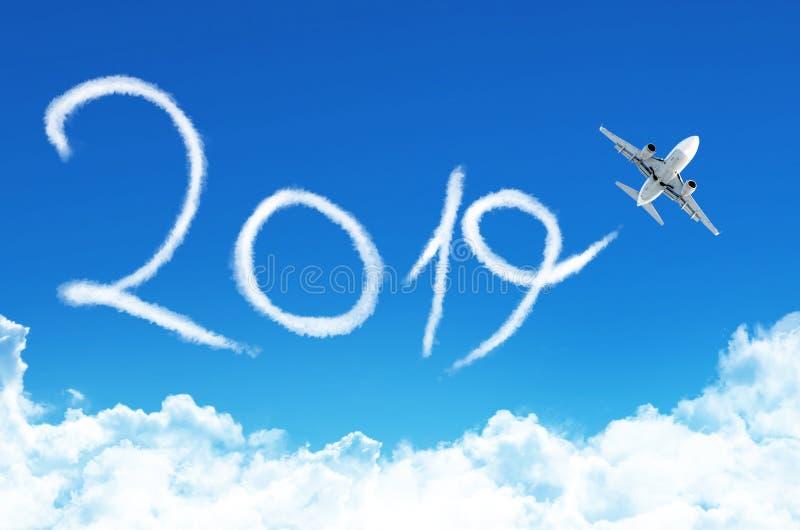 Concepto 2019 de la Feliz Año Nuevo Dibujo por la estela de vapor plana del vapor en cielo foto de archivo libre de regalías