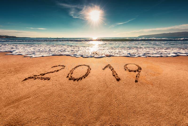 Concepto 2019 de la Feliz Año Nuevo en la playa del mar; tiro del sunrsie fotos de archivo