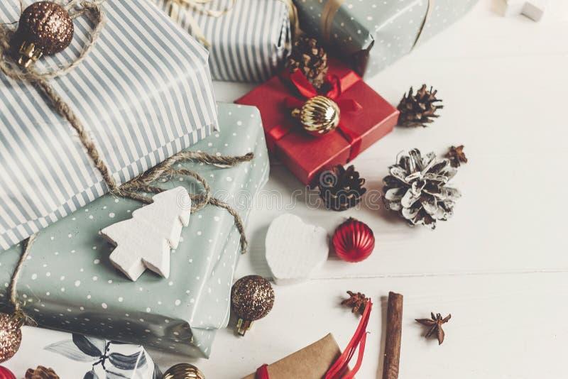 Concepto de la Feliz Navidad actuales cajas con los conos del árbol de los ornamentos imagenes de archivo