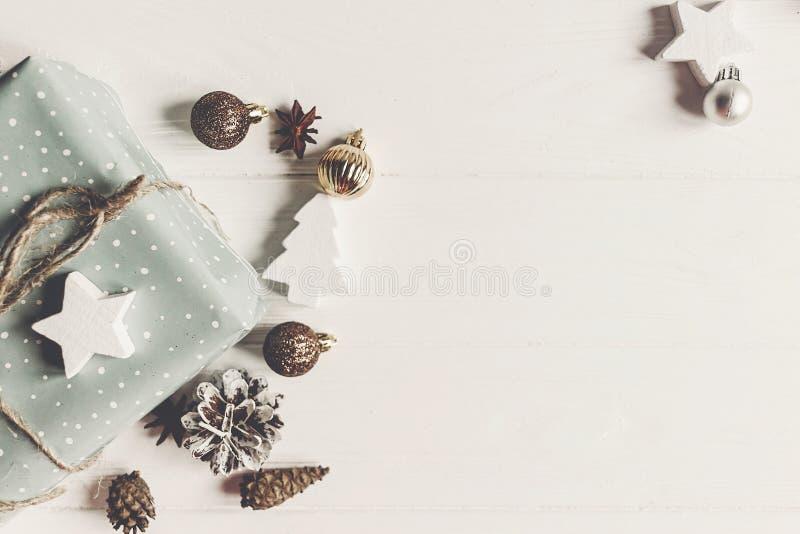 Concepto de la Feliz Navidad, endecha plana presentes y wi elegantes de los regalos imágenes de archivo libres de regalías