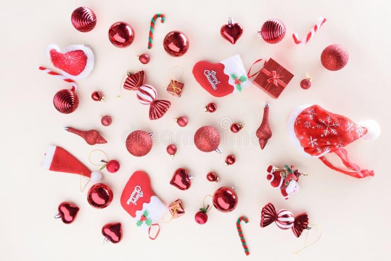 Concepto de la Feliz Navidad y de la Feliz Año Nuevo con la bola de la celebración imagen de archivo libre de regalías