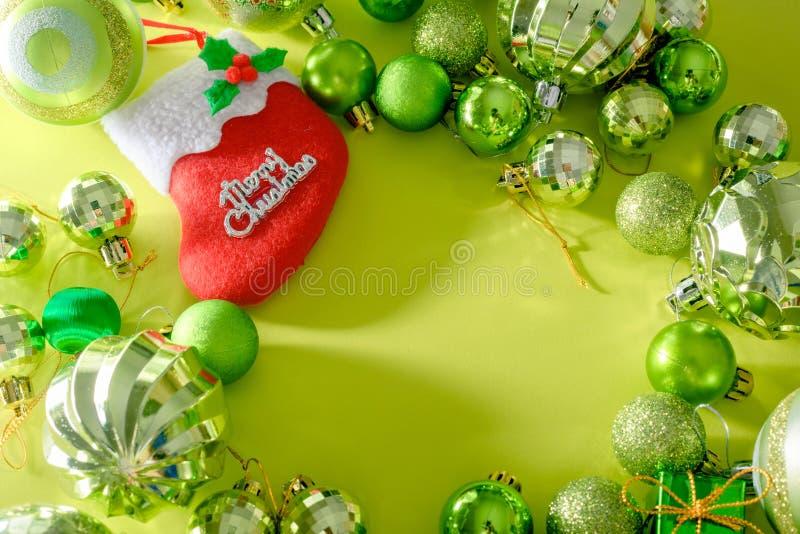 Concepto de la Feliz Navidad y de la Feliz Año Nuevo con la bola de la celebración imágenes de archivo libres de regalías