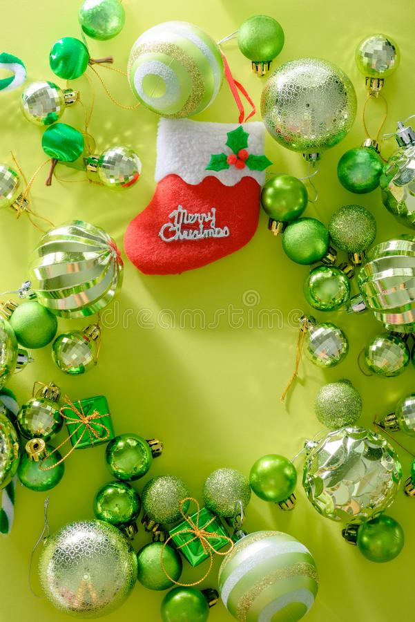 Concepto de la Feliz Navidad y de la Feliz Año Nuevo con la bola de la celebración fotografía de archivo