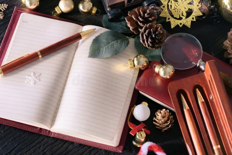 Concepto de la Feliz Navidad y de la Feliz Año Nuevo con el vintag de la nota de libro fotos de archivo libres de regalías