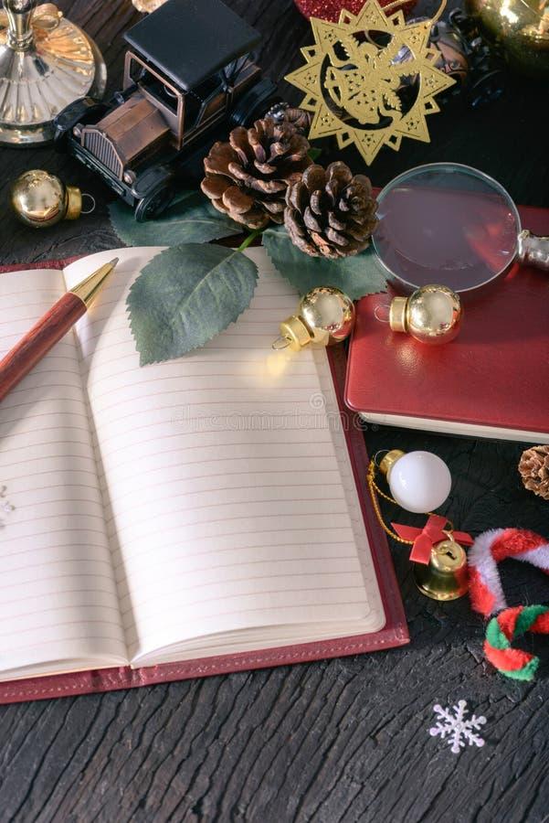 Concepto de la Feliz Navidad y de la Feliz Año Nuevo con el vintag de la nota de libro foto de archivo