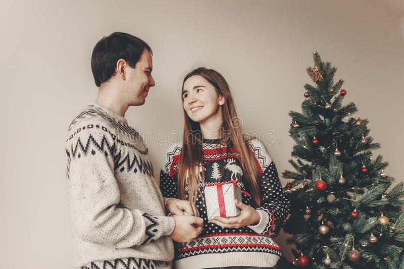 Concepto de la Feliz Navidad y de la Feliz Año Nuevo golpe elegante del inconformista foto de archivo libre de regalías