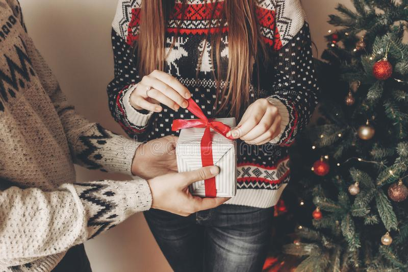 Concepto de la Feliz Navidad y de la Feliz Año Nuevo golpe elegante del inconformista imagenes de archivo