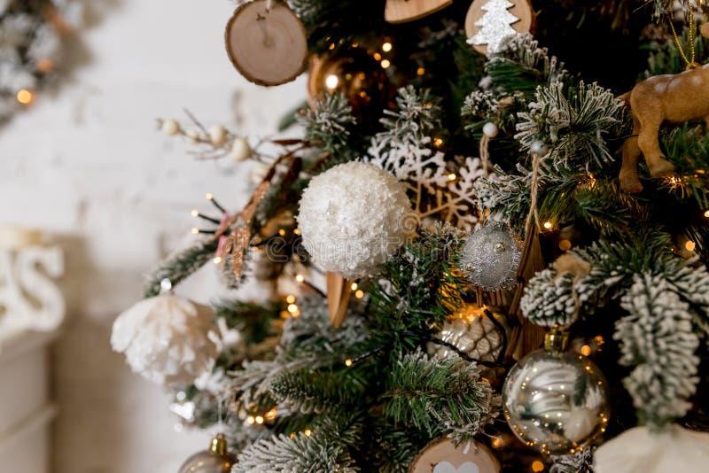 Concepto de la Feliz Navidad y de la Feliz Año Nuevo, primer de la chuchería blanca, de plata que cuelga de un árbol adornado con foto de archivo libre de regalías