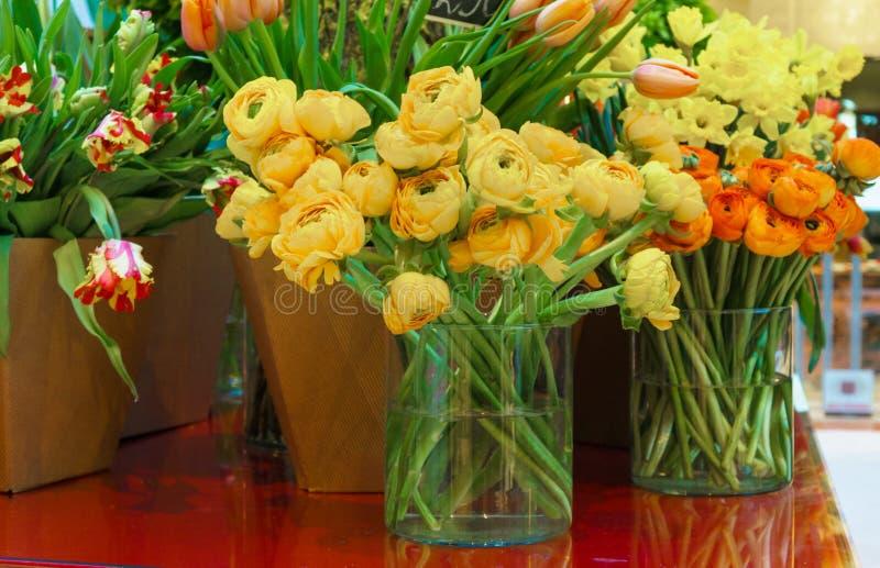 Concepto de la floristería Ramo precioso hermoso del primer de flores mezcladas en la tabla de madera Florece la composición Extr fotografía de archivo libre de regalías