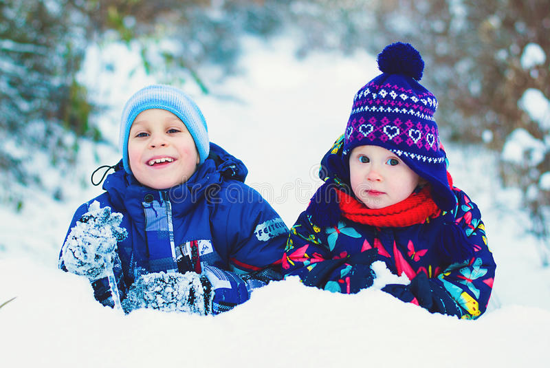 Concepto de la forma de vida del invierno - niños que se divierten en parque imagenes de archivo