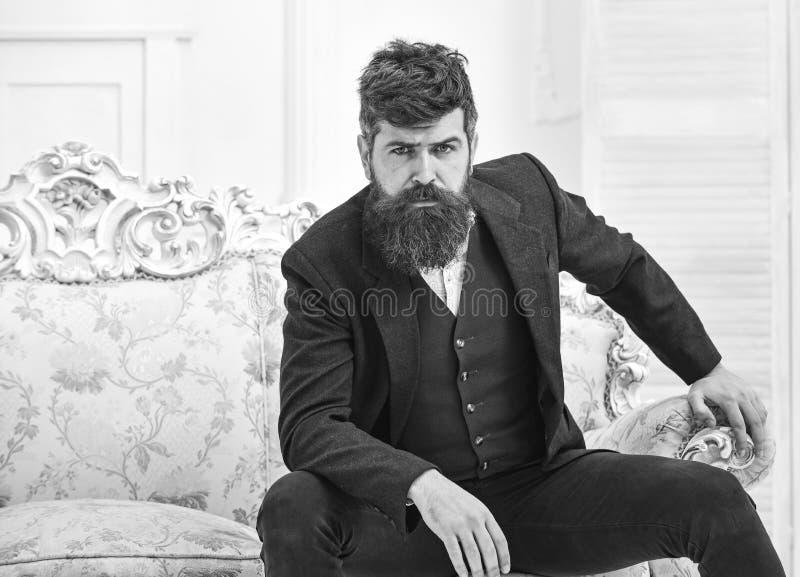 Concepto de la forma de vida de la élite Atractivo y elegante machistas en cara seria y la expresión pensativa Hombre con la barb fotos de archivo