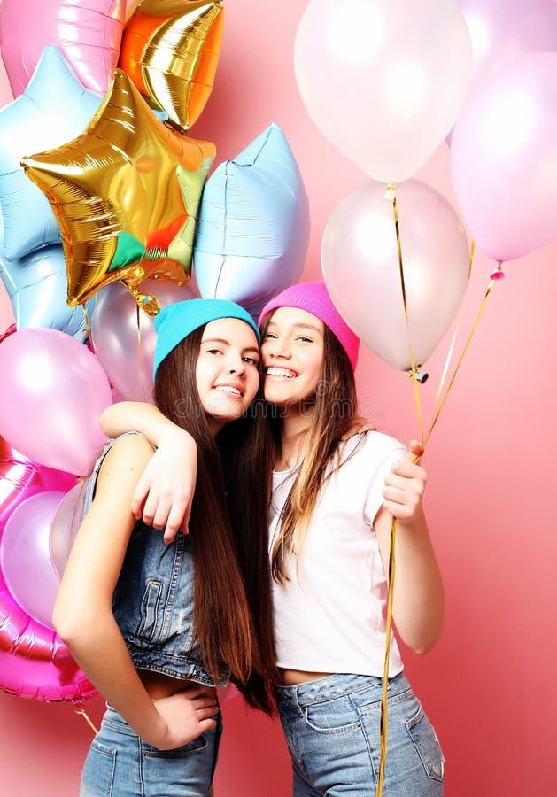 Concepto de la forma de vida, de los amigos y de la gente: mejores amigos de las muchachas del inconformista foto de archivo libre de regalías