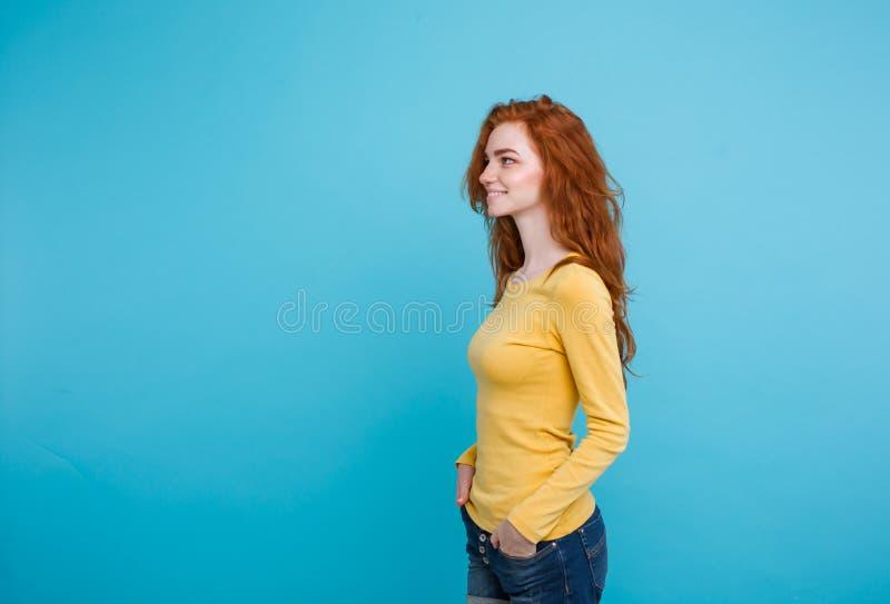 Concepto de la forma de vida - muchacha roja del pelo del jengibre atractivo hermoso joven ascendente cercano del retrato que jue foto de archivo libre de regalías