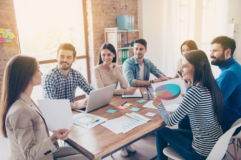 Concepto de la formación de equipo La reunión de los colegas, todos es i foto de archivo
