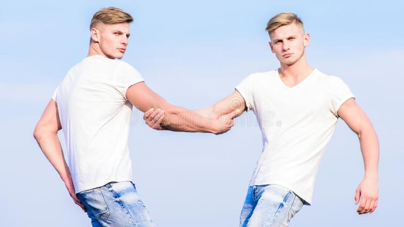 concepto de la fraternidad Ventajas del tener el hermano gemelo Ventajas y desventajas del tener el hermano gemelo idéntico fotos de archivo