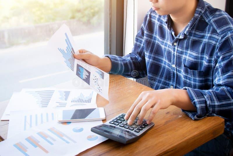 Concepto de la gente, del ahorro, de las finanzas y de la economía de la contabilidad empresarial imagen de archivo libre de regalías