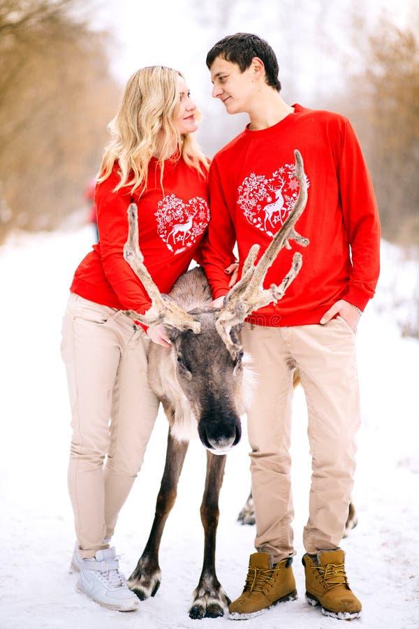 Concepto de la gente, de la estación, del amor y del ocio - par feliz que abraza y que ríe al aire libre en invierno imagen de archivo libre de regalías