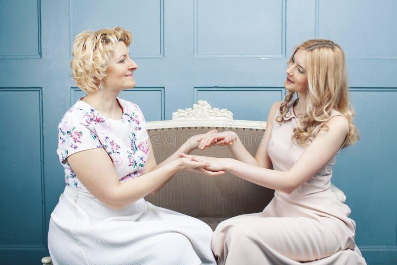 Concepto de la gente de la forma de vida: madre rubia madura con la hija adolescente en casa junto fotografía de archivo libre de regalías