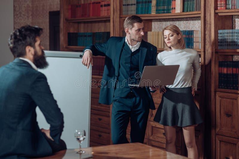Concepto de la gente Hombres de negocios en el trabajo Charla del grupo de personas en biblioteca de universidad El trabajo de la fotografía de archivo libre de regalías