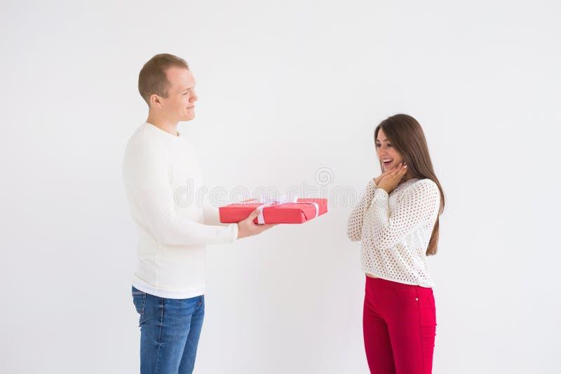 Concepto de la gente, de la Navidad, del cumpleaños, de los días de fiesta y del día de tarjeta del día de San Valentín - el homb fotos de archivo